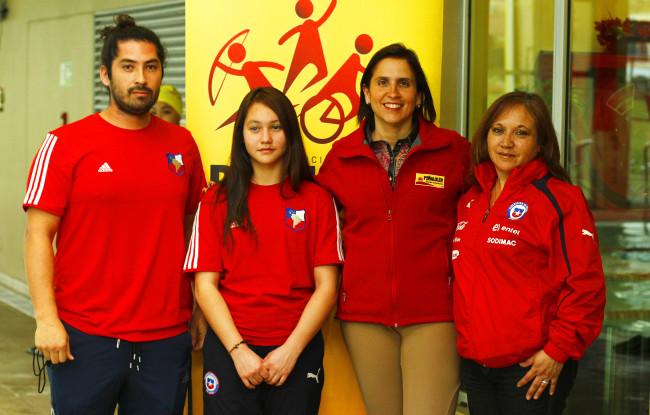 De izq. a derecha: Jaime Contreras, entrenador; Antonella Bellini; Carolina Leitao, Alcaldesa de Peñalolén y Margarita Zamudio, madre de Antonella.